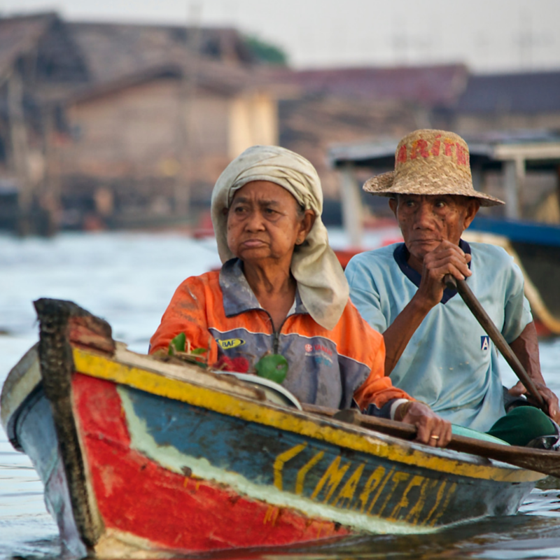 banjarmasin-floating-market-old-couple-sidebar-gallery
